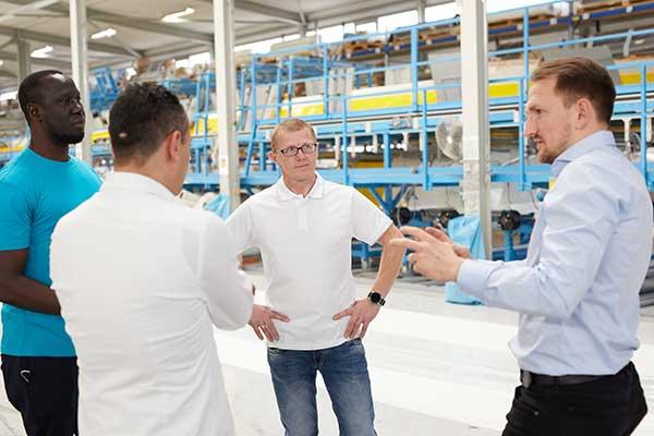 Unternehmen kontaktieren hier Mitarbeiter von IMPREG in Produktionshalle