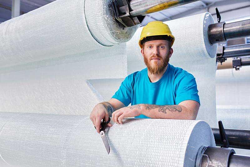 Arbeiten bei IMPREG hier Mitarbeiter in der Schlauchliner Produktion